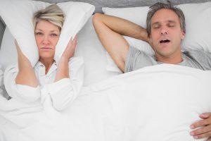 Snorking kan ødelegge en god natts søvn.
